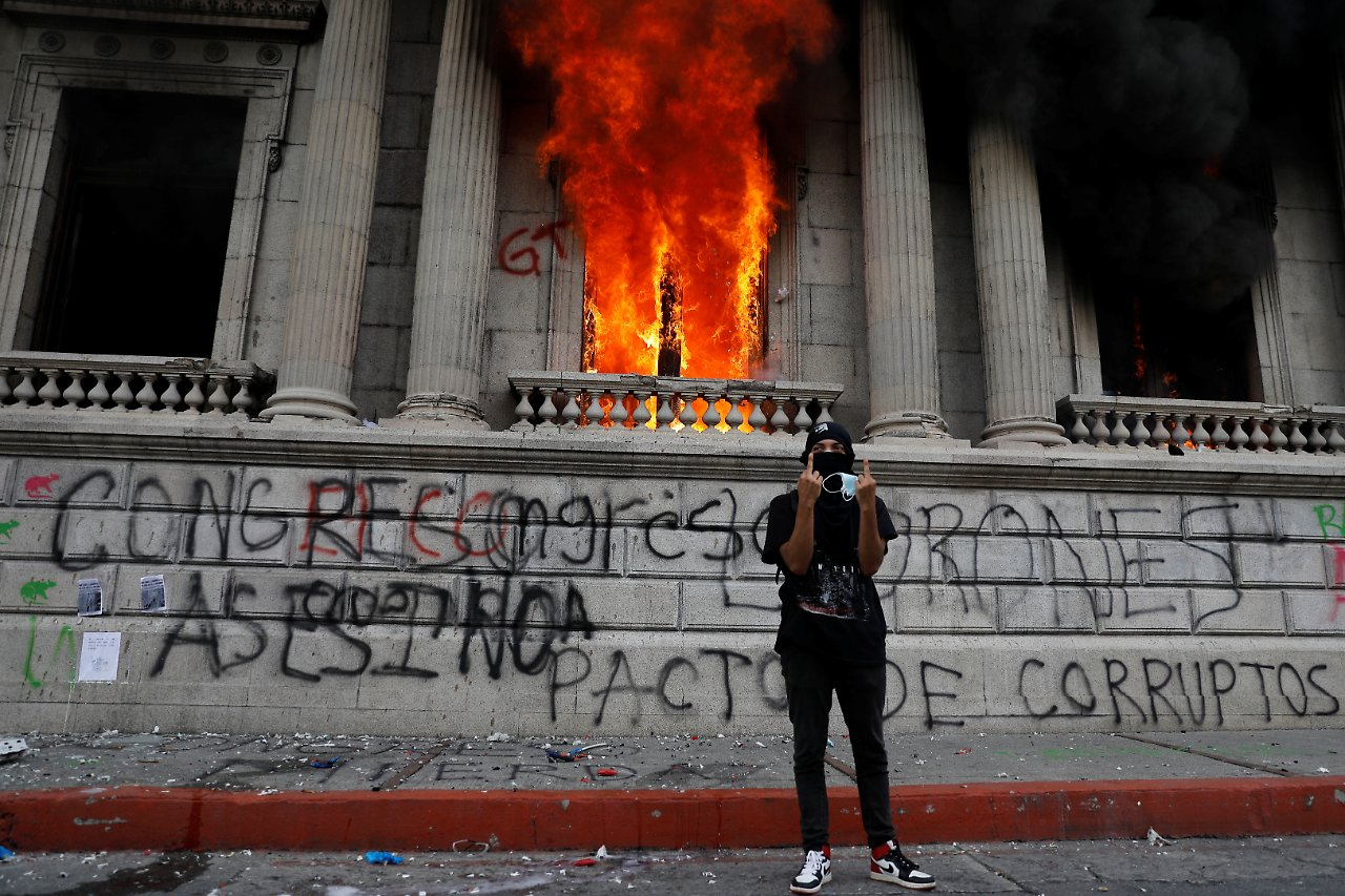 Guatemala - Escalation in Guatemala - protesters set fire to parliament buildings